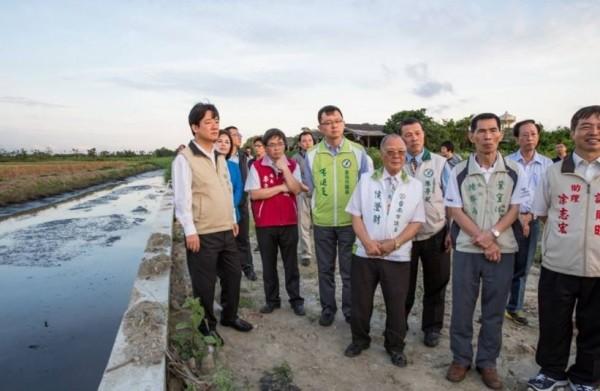 李孟諺擔任水利局長時陪同前台南市長賴清德視察水利工程的照片。(擷自臉書)