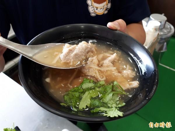 桃源號的香菇肉羹湯,精選溫體黑毛豬的後腿肉製作而成。(記者謝武雄攝)