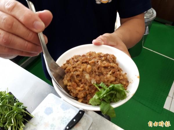 桃源號的滷肉飯,精選溫體黑毛豬的後腿肉製作而成。(記者謝武雄攝)