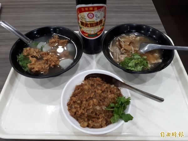 桃源號滷肉飯、香菇肉羹湯、排骨酥湯是店內的招牌。(記者謝武雄攝)