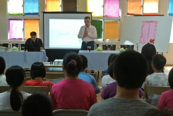 英語老師賴世雄(中立者)到台南私立仁愛之家育幼所分享英語學習歷程。(記者王俊忠翻攝)