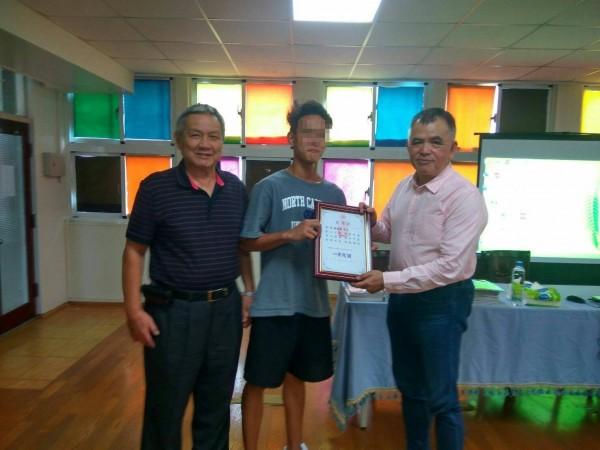 英語老師賴世雄(右)到台南私立仁愛之家育幼所分享英語學習歷程。(記者王俊忠翻攝)