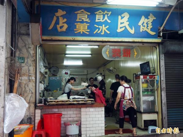 健民冰菓店開店之初曾賣過2年刀削冰,後來沒有更換招牌,店面有濃厚時代味。(記者陳昀攝)
