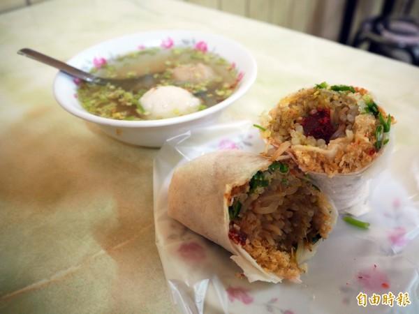 在店內享用潤餅的客人多會搭配一碗隱藏版的「綜合湯」,是魚丸、貢丸的混合版。(記者陳昀攝)