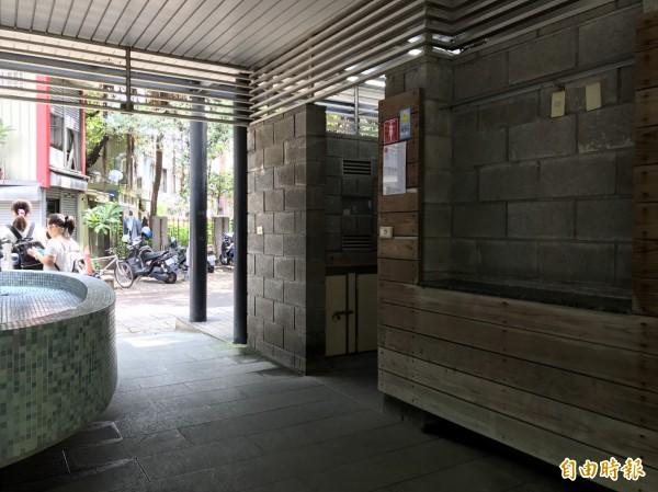包括護城河及東門市場和青草湖等人潮聚集多的公廁,預計明年修繕完成。(記者洪美秀攝)