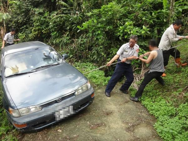王姓男子使用導航,卻開進偏僻山路,車子還卡在山溝,警方前往救援。(記者林宜樟翻攝)