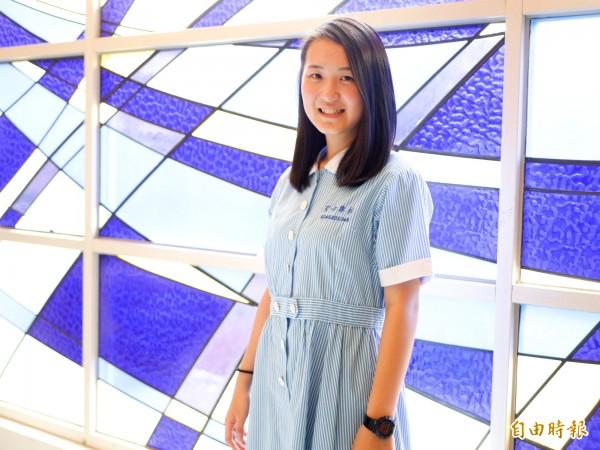 聖母護校制服是藍白條紋的連身裙,設計源自早年護生穿著藍白兩色的概念。(記者簡惠茹攝)