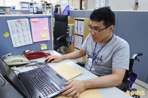 大學畢業的身障青年蕭至祐先前找工作四處碰壁,後來找到勞工處的總機工作,且因英文能力不錯,也成為大家的幫手,將繼續努力拚公務員考試。(記者洪美秀攝)
