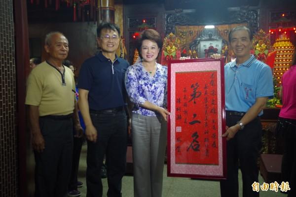 嘉義市客家文化協會理事長凃文雄(右一)供奉641斤神豬,獲第二名。(記者王善嬿攝)