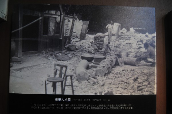玉里慶祝建鎮百年,老照片展內容豐富,圖為玉里鎮信仰中心協天宮在1951年被大地震震垮。(記者花孟璟翻攝)