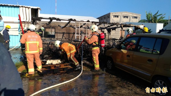 澎湖縣消防局出動7車21人前往現場灌救,僅十三分鐘就控制火勢。(記者劉禹慶攝)