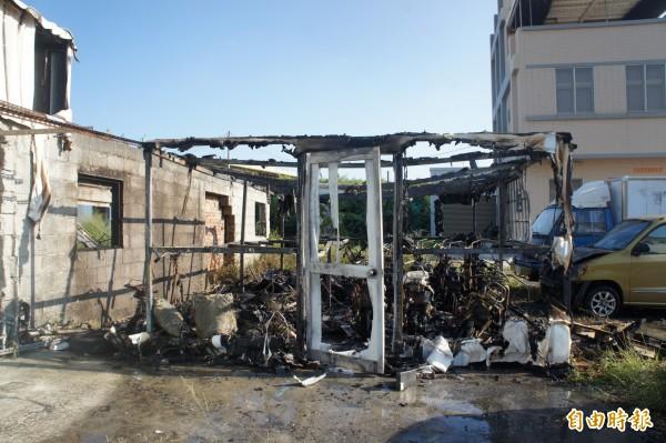 失火地點為鐵皮屋,停放待修及報廢的電動機車及腳踏車。(記者劉禹慶攝)