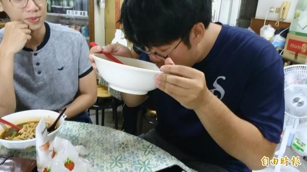 太好吃了,整碗湯汁都拿起來喝。(記者葉永騫攝)