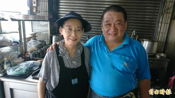 老板古勝榮夫妻賣了20年的麵,也結交了許多好朋友。(記者葉永騫攝)