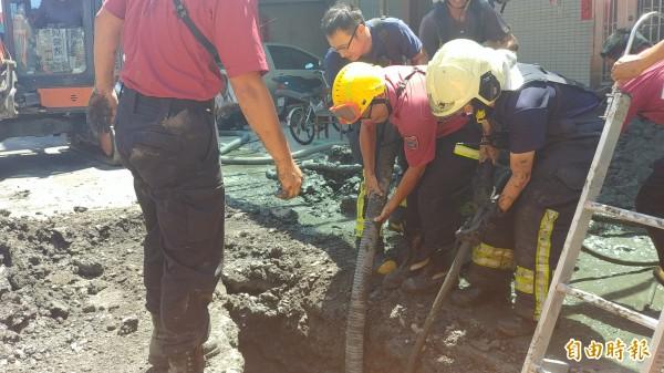 下水道施工,1人遭土石掩埋,消防隊搶救中。(記者簡惠茹攝)