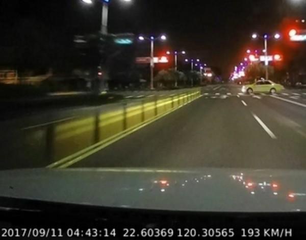 蔡男的車速在撞到計程車(上)前,高達193公里(下)。(記者洪定宏翻攝)