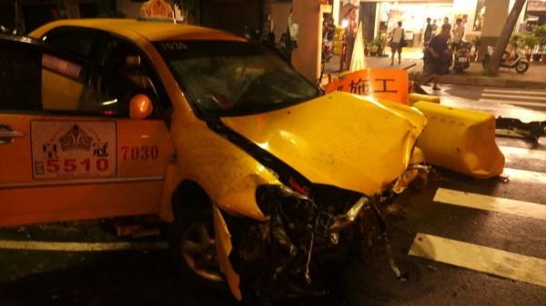 被撞的計程車。(記者洪定宏翻攝)