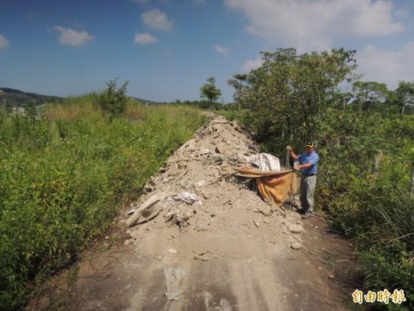 苗栗市大坪頂第二公墓遭不肖人士傾倒近30公噸的垃圾廢棄物,將道路阻斷。(記者張勳騰攝)