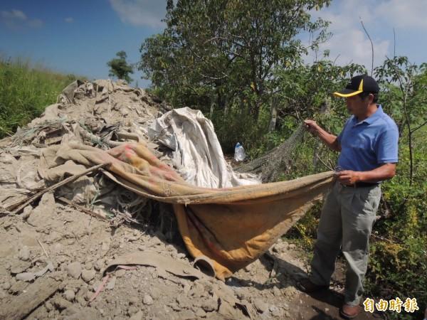 苗栗市第二公墓,被蓄意傾倒廢棄物中有塑膠布等,讓公所人員怒斥實在是膽大妄為。(記者張勳騰攝)