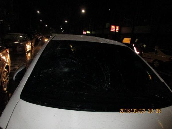 郭姓老翁挨撞彈飛,撞上汽車擋風玻璃(記者吳昇儒翻攝)