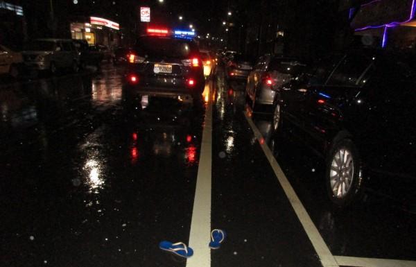 郭姓老翁被撞送醫後,的拖鞋遺留在現場(記者吳昇儒翻攝)