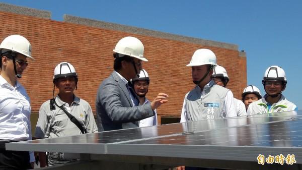 新竹市府在30所學校校園內進行屋頂種電計劃,市長林智堅前往虎林國小視察種電情形,預估一年可發電500萬度電,年平均減碳量約2700公噸。(記者洪美秀攝)