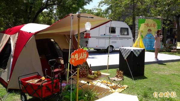 新竹生活節今年走露營風,有各種露營的設備及攤位。(記者洪美秀攝)
