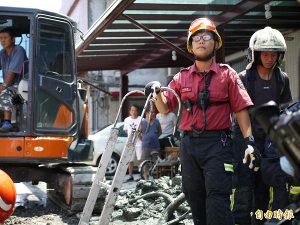 消防人員深入2公尺深地底搶救。(記者簡惠茹攝)