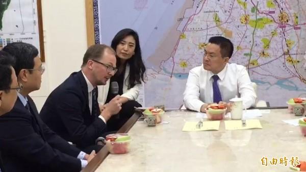CIP 台灣區計劃執行長侯奕愷(右3)表示,只要完成計畫項目的環評程序,就會在彰化設籍。(記者張聰秋攝)