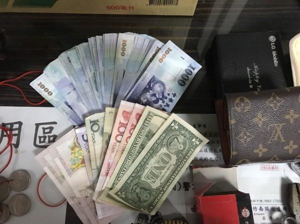 警方在羅男租屋處,查扣台幣4萬4000元、美金101元、人民幣220元、LV皮包1個、飾品2盒、手表、木雕、玉石、古畫、古桌及香樟木板等。(記者彭健禮翻攝)