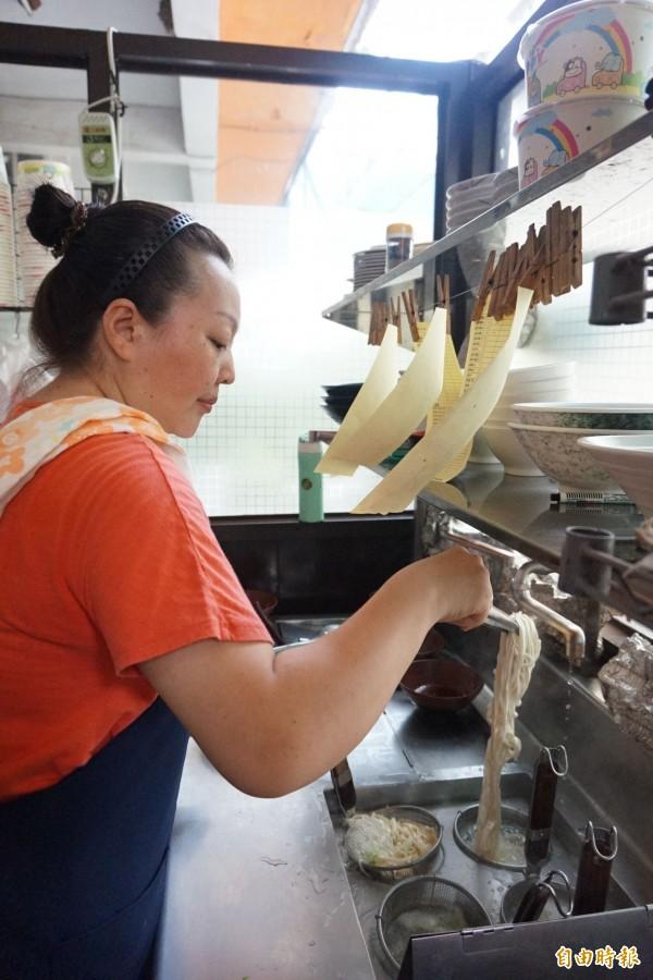余明江是九寨溝牛肉麵店的主廚。(記者歐素美攝)