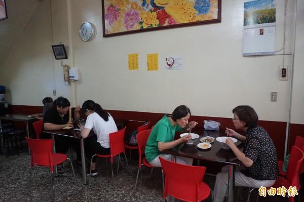 每到用餐時間,九寨溝牛肉麵店總是座無虛席。(記者歐素美攝)