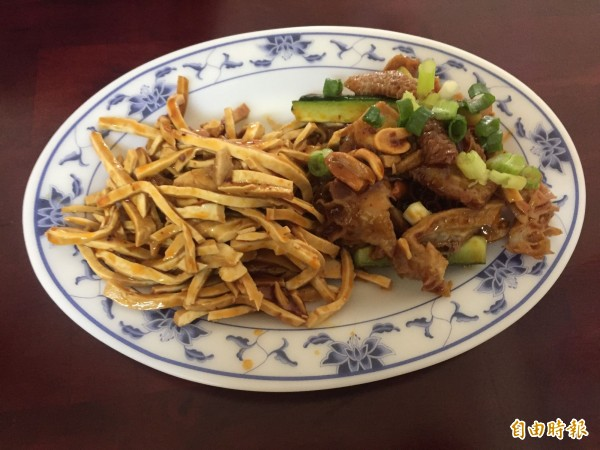 九寨溝牛肉麵店裡的涼拌豆干及牛肚等滷味小菜。(記者歐素美攝)