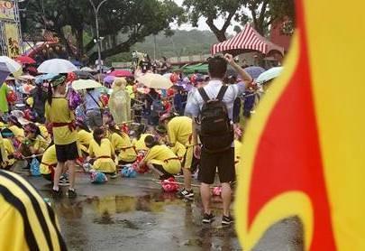 新竹縣私立義民中學派300名學生參加義民祭表演活動,事後有學生爆料說當天淋了4個小時的雨。(擷取自臉書社團《爆料公社》網頁)