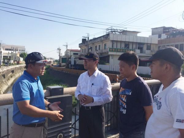 水利局長彭紹博(左2)視察三爺溪,瞭解防災工作。(記者吳俊鋒翻攝)