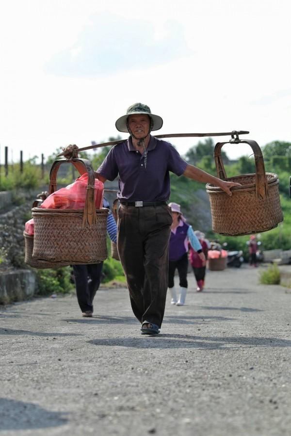 台西村民挑著扁擔,到濁水溪河床拜「溪王」的習俗已經有近百年的歷史了。(圖:許震唐提供)