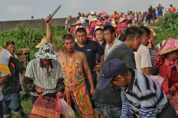 村民跟著乩童,一起走到濁水溪河床拜溪王。(圖:許震唐提供)
