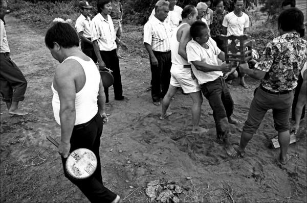 許震唐用影像記錄,乩童扛著武轎請神、拜溪王的過程。(圖:許震唐提供)