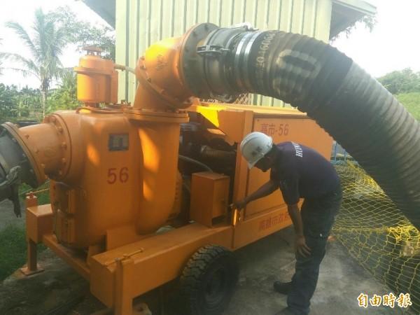 警方檢整抽水機具,確保油料及機組完備。(記者陳文嬋攝)