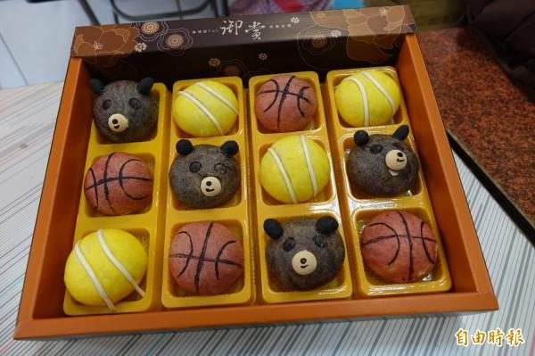 今年誰最紅?鹿港烘焙業者推出「哇熊讚」小月餅,除了「哇熊讚」,還有籃球、網球可愛造型的月餅。(記者劉曉欣攝)