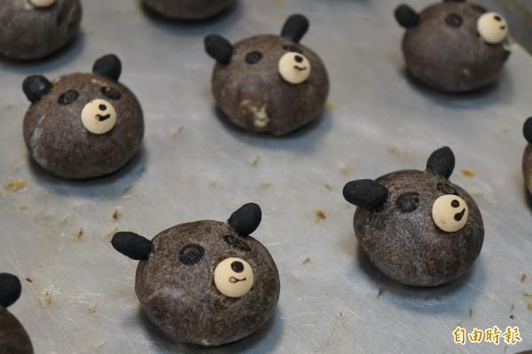 今年誰最紅?鹿港烘焙業者推出「哇熊讚」小月餅,要跟「熊讚」比人氣!(記者劉曉欣攝)