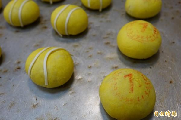 「網球」小月餅的餅皮以胡蘿蔔入色,白色線條是麵條,吃起像脆麵。(記者劉曉欣攝)