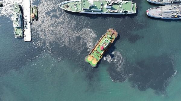 基隆港船隻啟動擾動底泥,變成陰陽海。(讀者提供)
