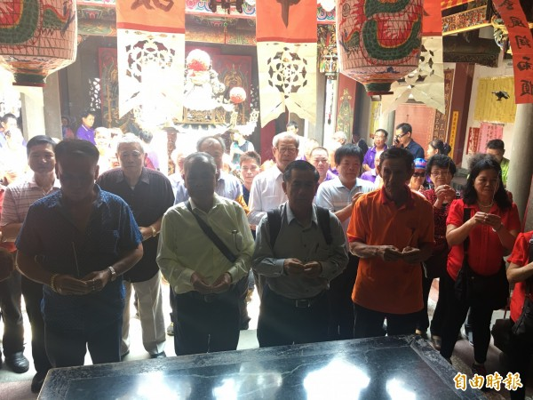 大埤與馬來西亞雙邊廟方人員一起團拜。(記者黃淑莉攝)