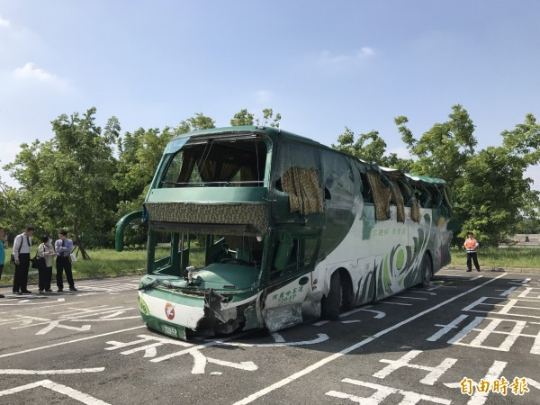 阿羅哈客車左側毀損嚴重,罹難乘客均由左側拋飛車外。(記者洪臣宏攝)