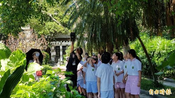 興雅國小學生參觀廣達6.6公頃的松菸園區,了解園中生態。(信義區公所提供)
