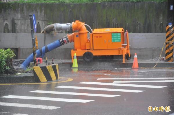大雨時基金一路預設大型抽水機。(資料照,記者盧賢秀攝)