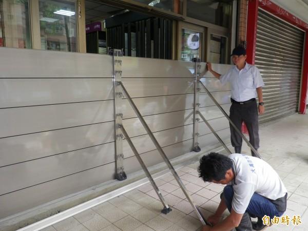 基金一路店家裝設防水閘門。(記者盧賢秀攝)