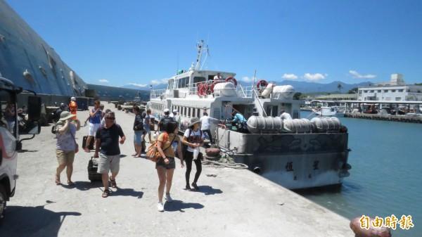 蘭嶼遊客搭船回台東,直說天氣很好,一點也感受不到颱風將至。(記者王秀亭攝)