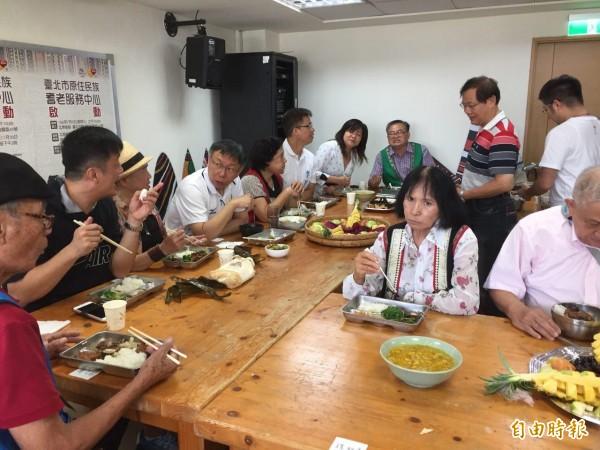 柯文哲與原民長輩們共進午餐,原住民籍市議員李傅中武稱讚柯是「最照顧原住民的市長」。(記者周彥妤攝)